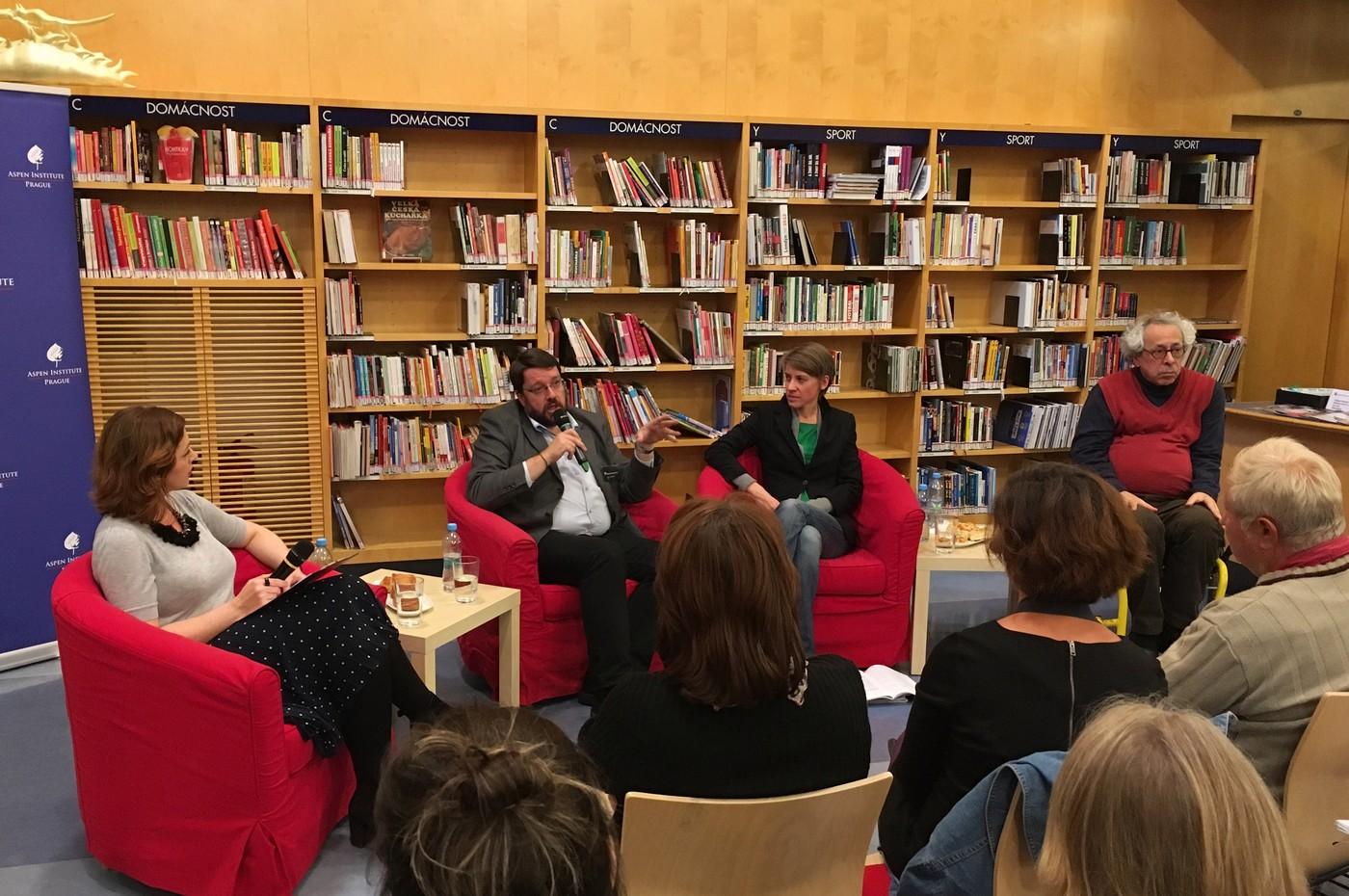 Hosté diskusního panelu, zleva: Silvie Lauder, Tomáš Řehák, Olga Škochová a Andrew Lass