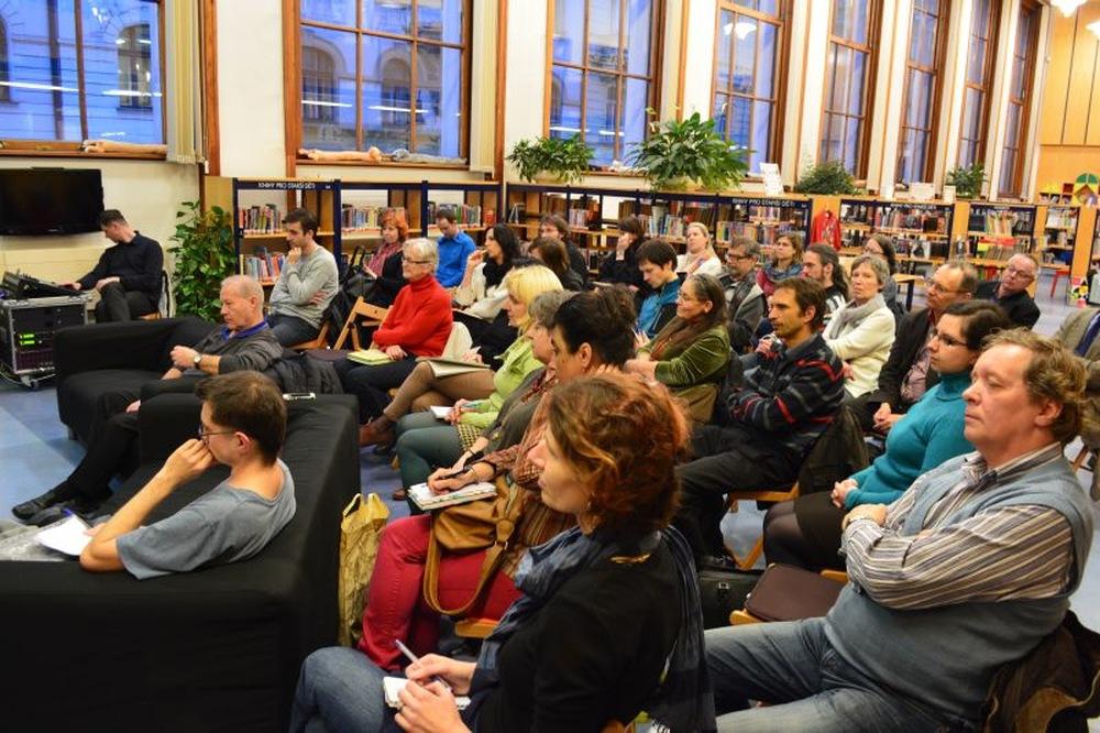 Návštěvníci podvečerní diskuse v Městské knihovně