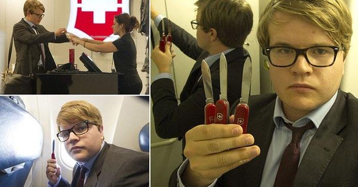 Simon Murphy pózuje s několika kapesními noži na palubě letadla