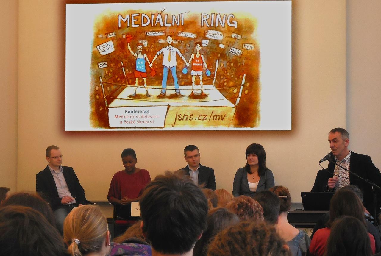 Zahájení panelové diskuse - vítězí v mediálním ringu pravda nebo lež?