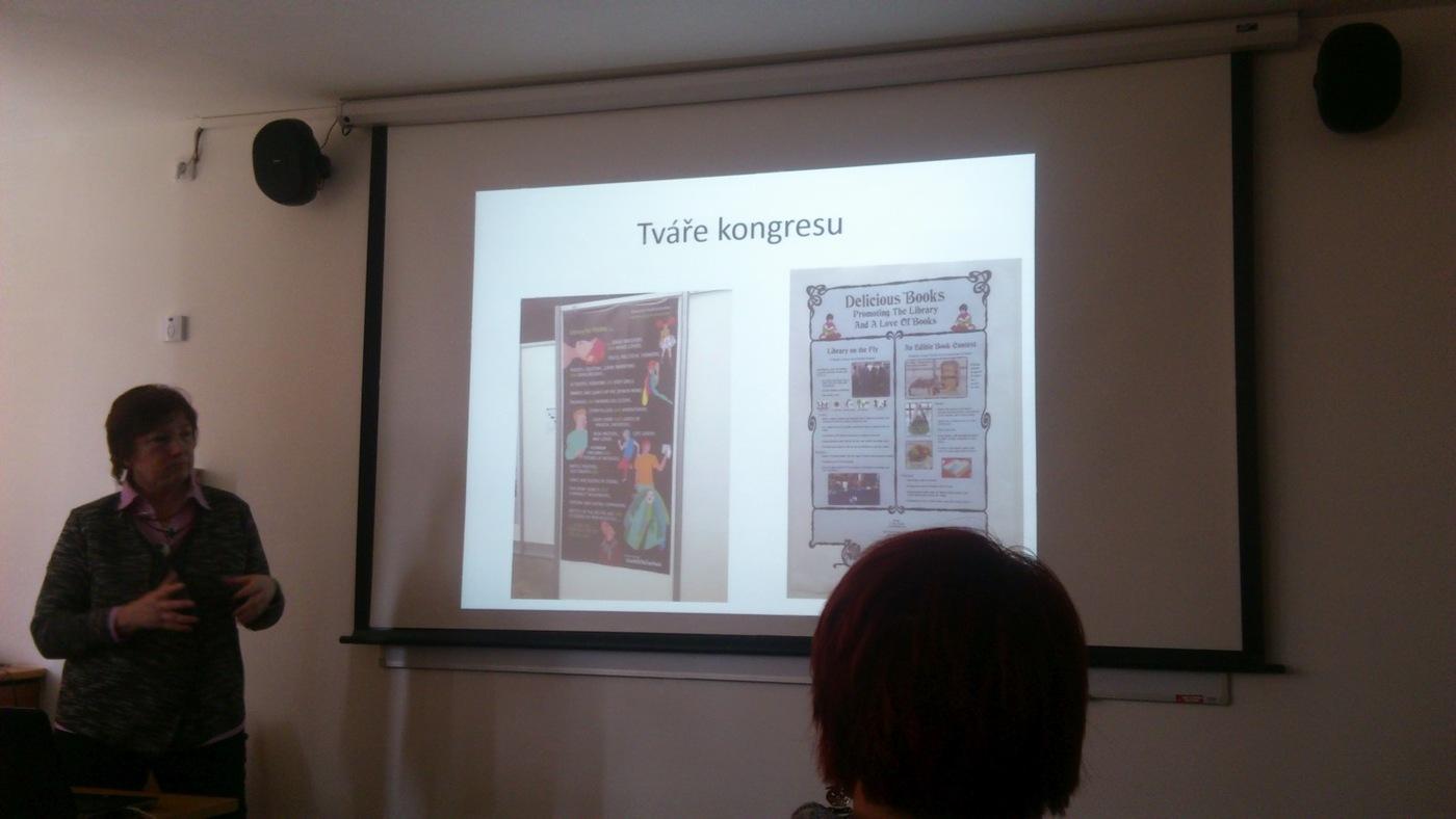 Libuše Nivnická představuje nástěnky firem na konferenci IFLA