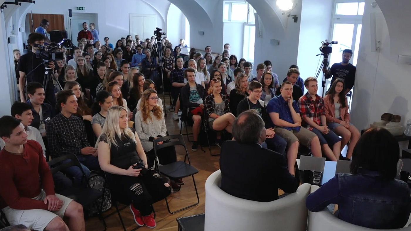 Diskuse se konala v rámci programu Jeden svět na školách a byla určena především studentům