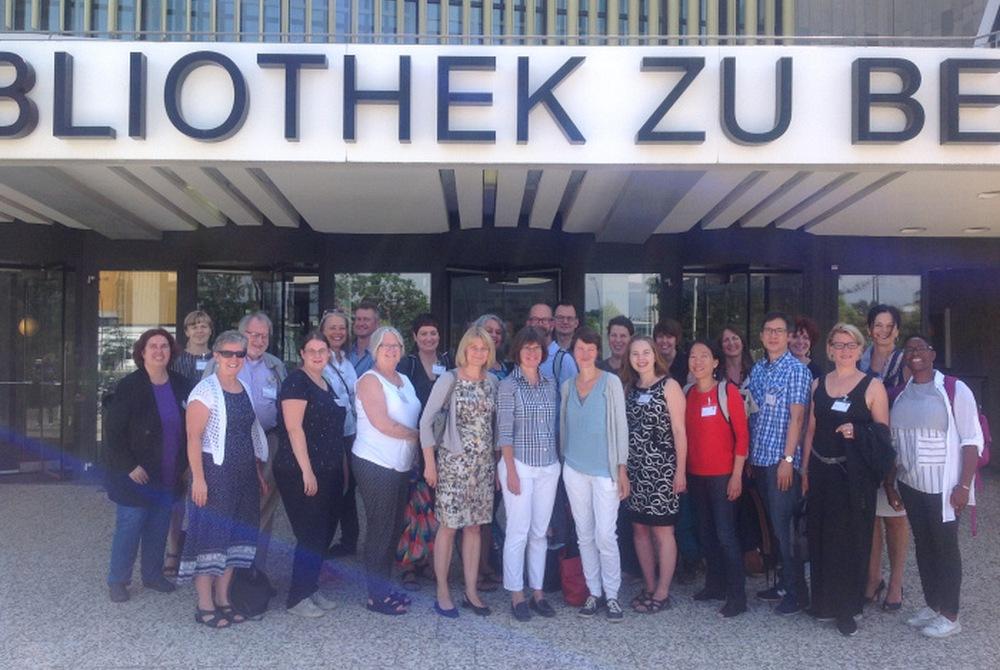 Účastníci satelitní konference IFLA před budovou Státní technické knihovny v Berlíně