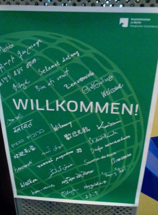 Plakát vítající návštěvníky ve Státní knihovně v Berlíně