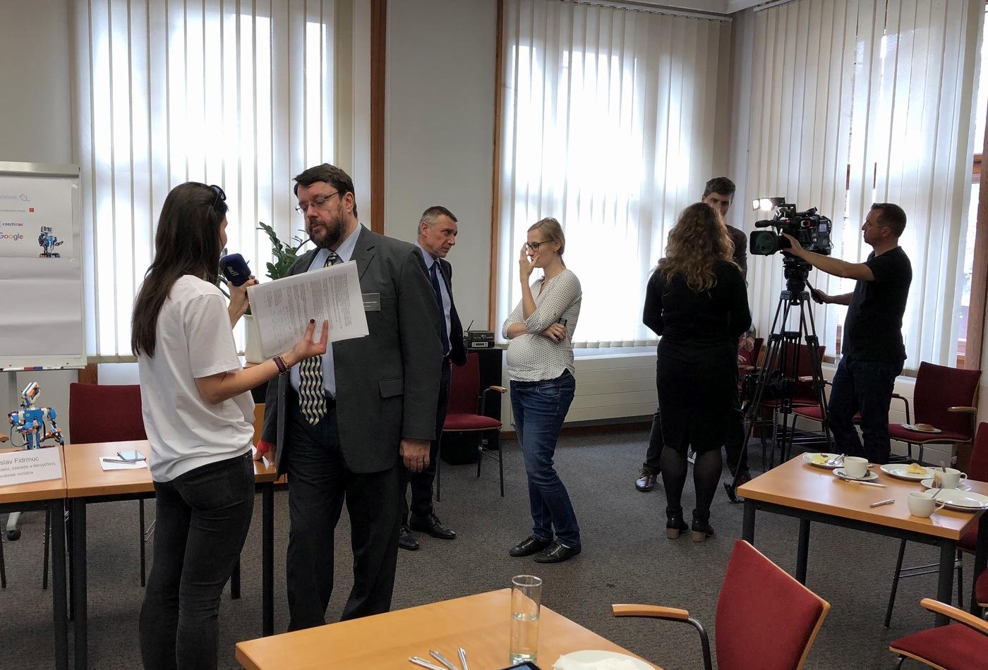 Po skončení tiskové konference přišly na řadu rozhovory s jednotlivými médii