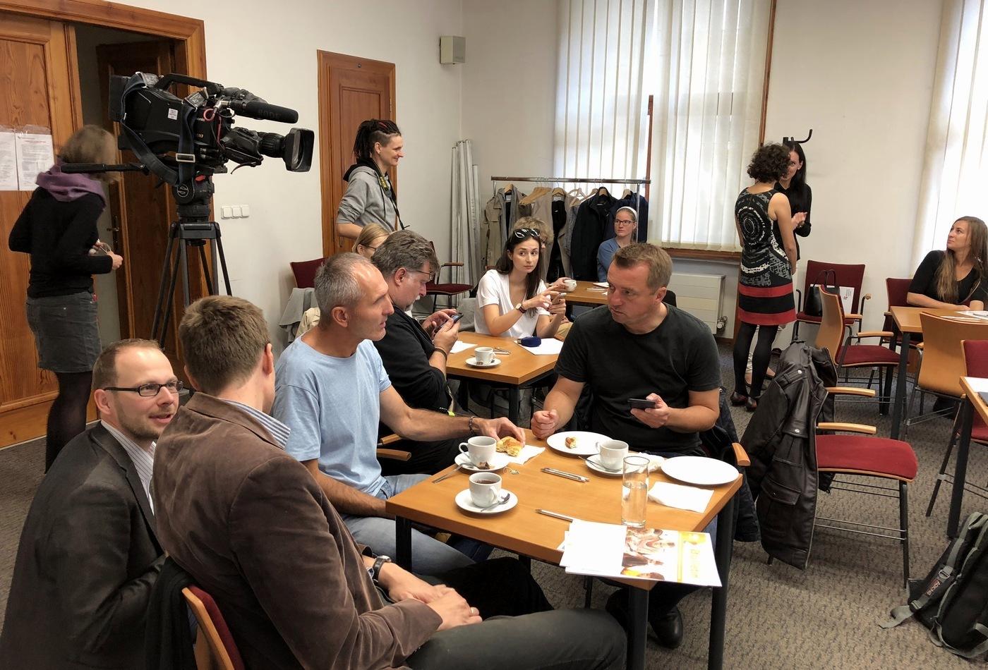 Novinářská snídaně před zahájením tiskové konference