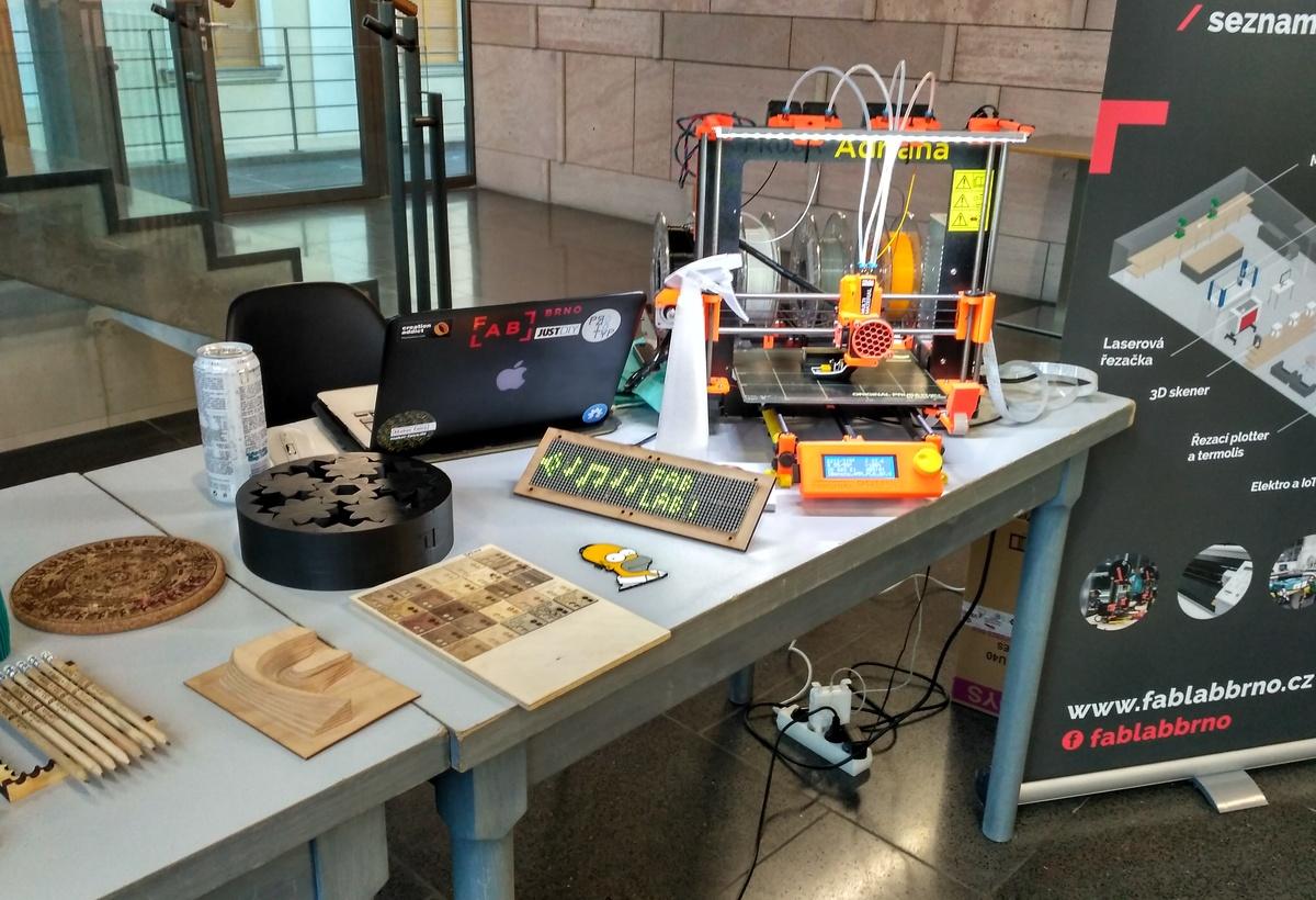 Stánky s elektronikou, drony a 3D tiskem