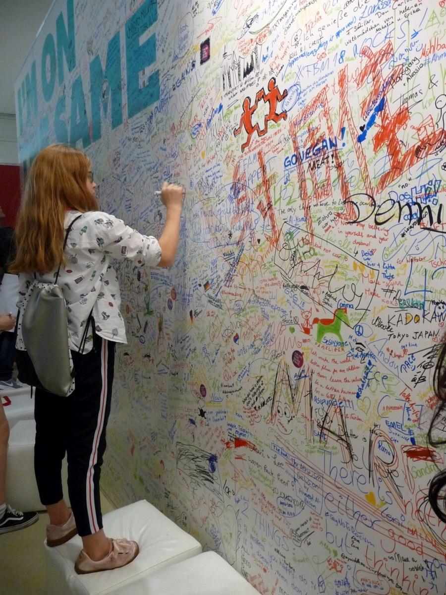 Součástí letošního veletrhu byla i stěna pro vzkazy proti porušování lidských práv