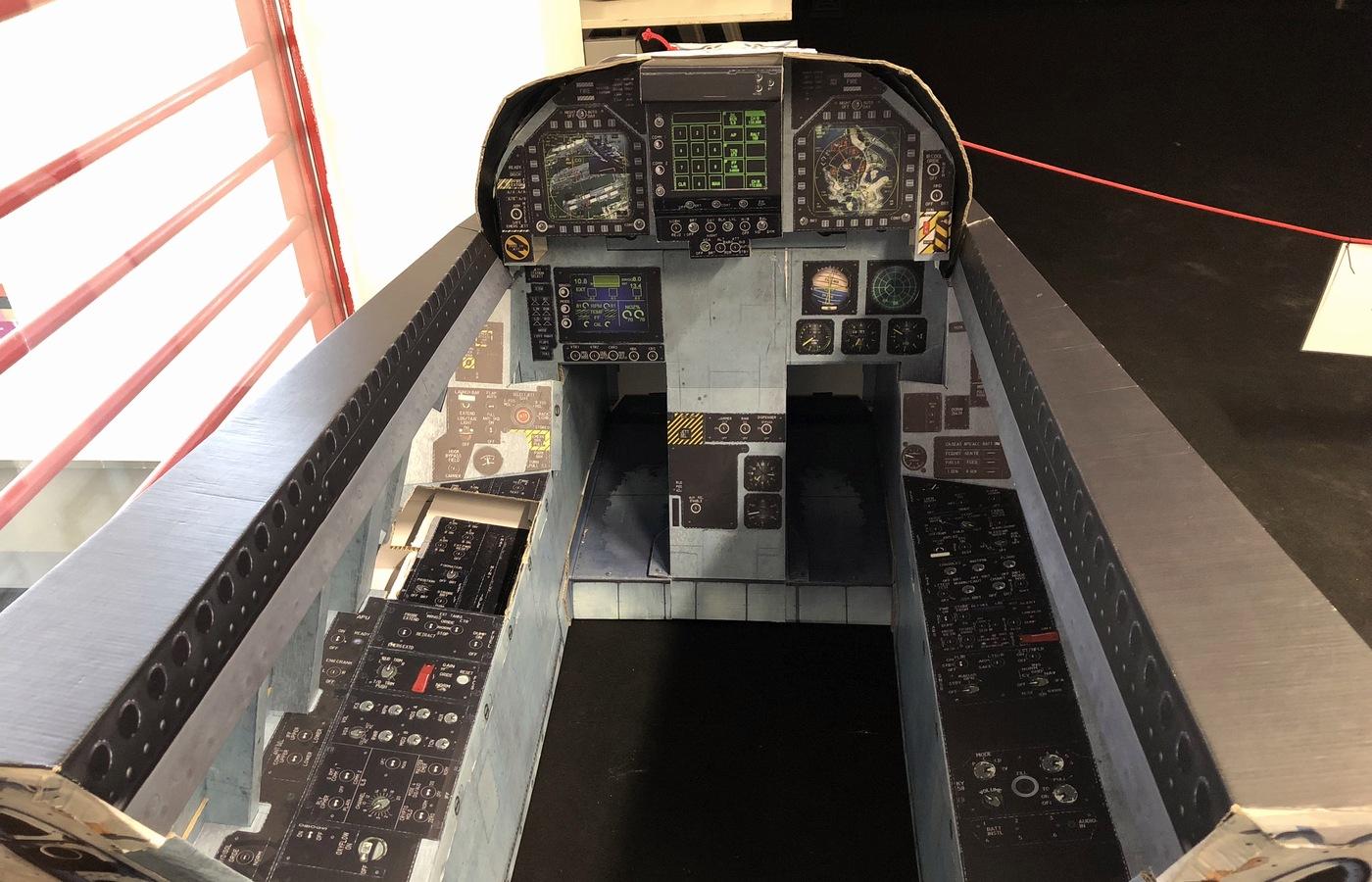 Papírový model kokpitu stíhacího letounu v životní velikosti