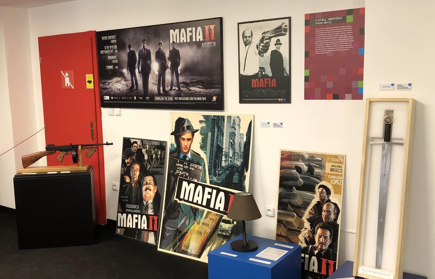 Plakáty a upomínkové předměty ze hry Mafia