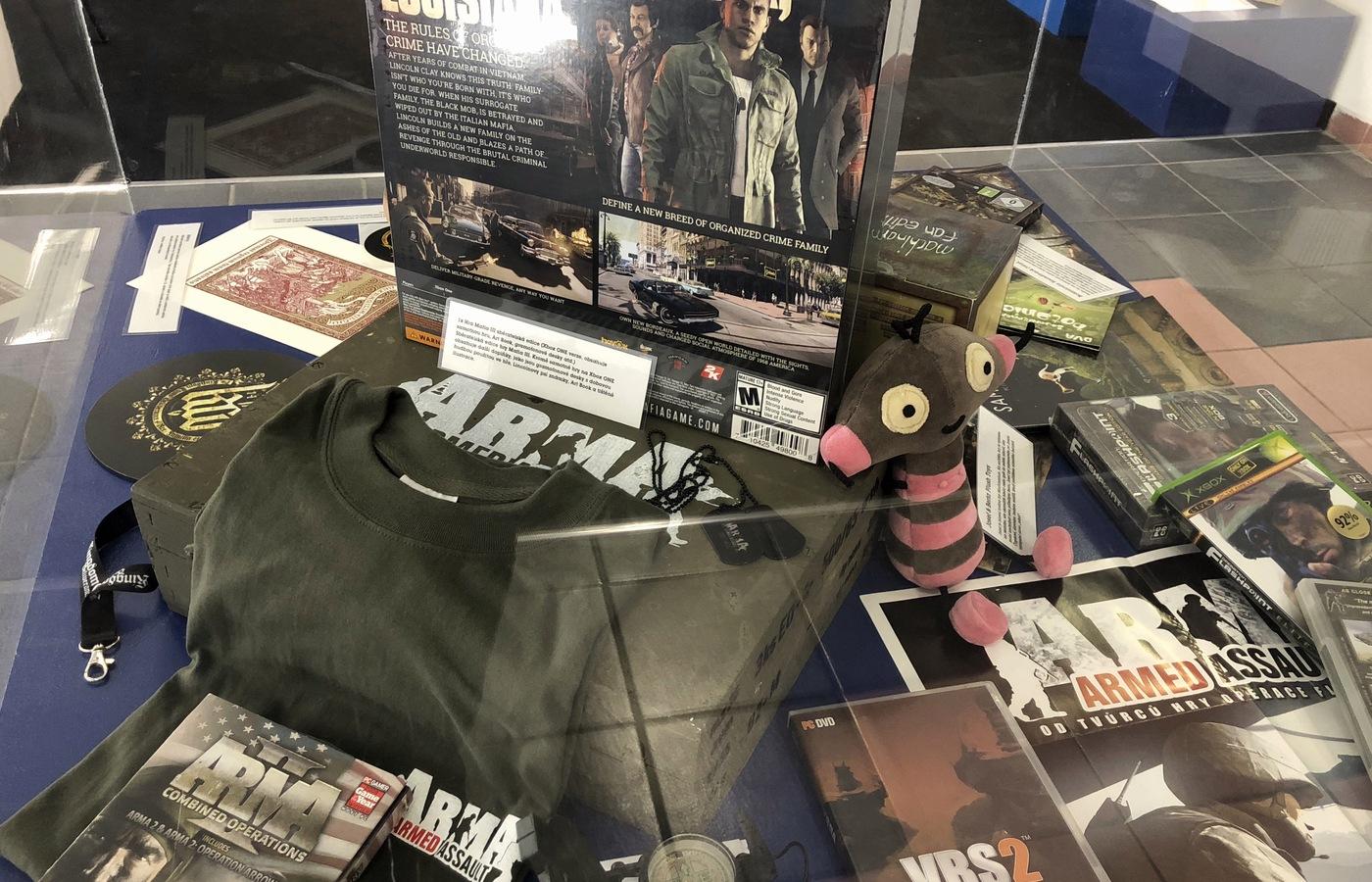 Tričko, plakát a další upomínkové předměty ke hře ArmA