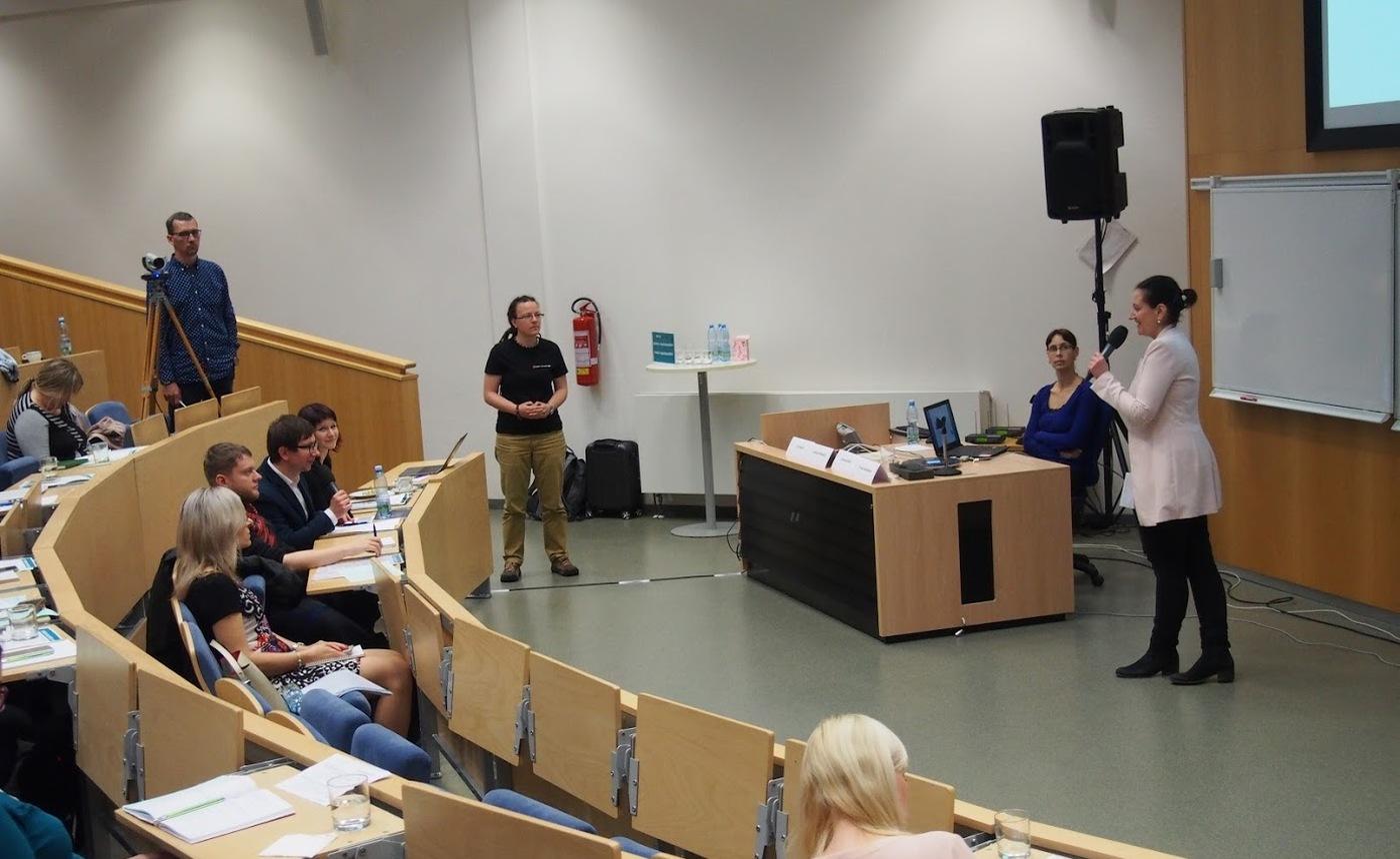 Karolína Podloucká prezentuje informace o EOSC