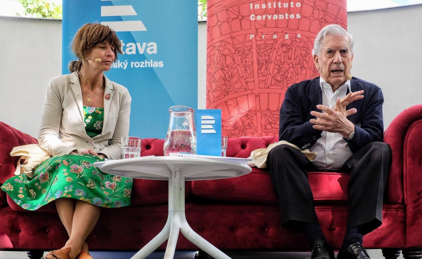 Mario Vargas Llosa s překladatelkou Anežkou Charvátovou