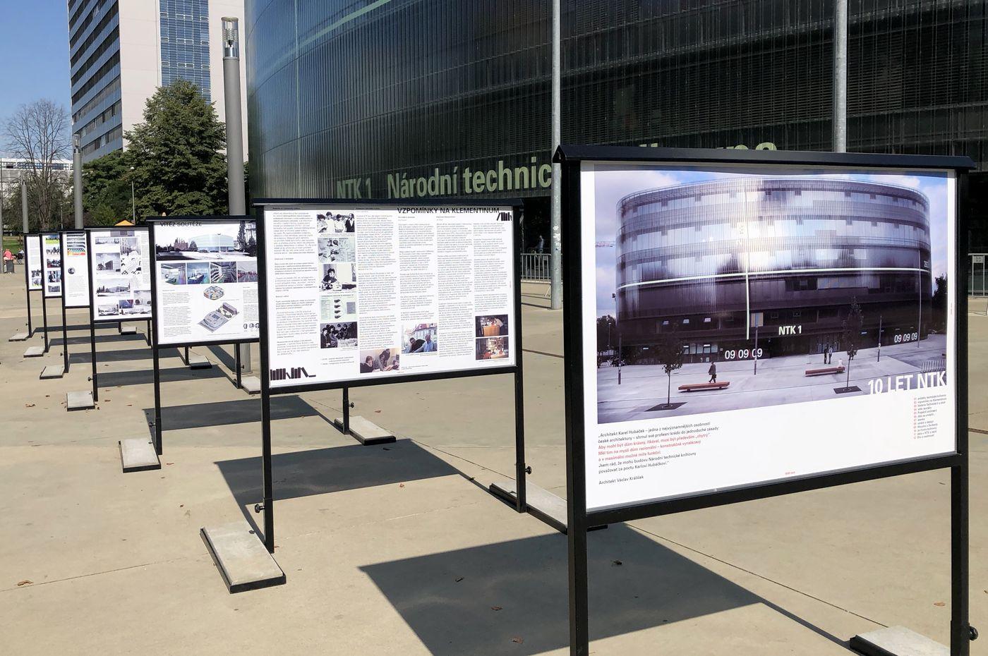 Retrospektivní výstava 10 let NTK před budovou Národní technické knihovny