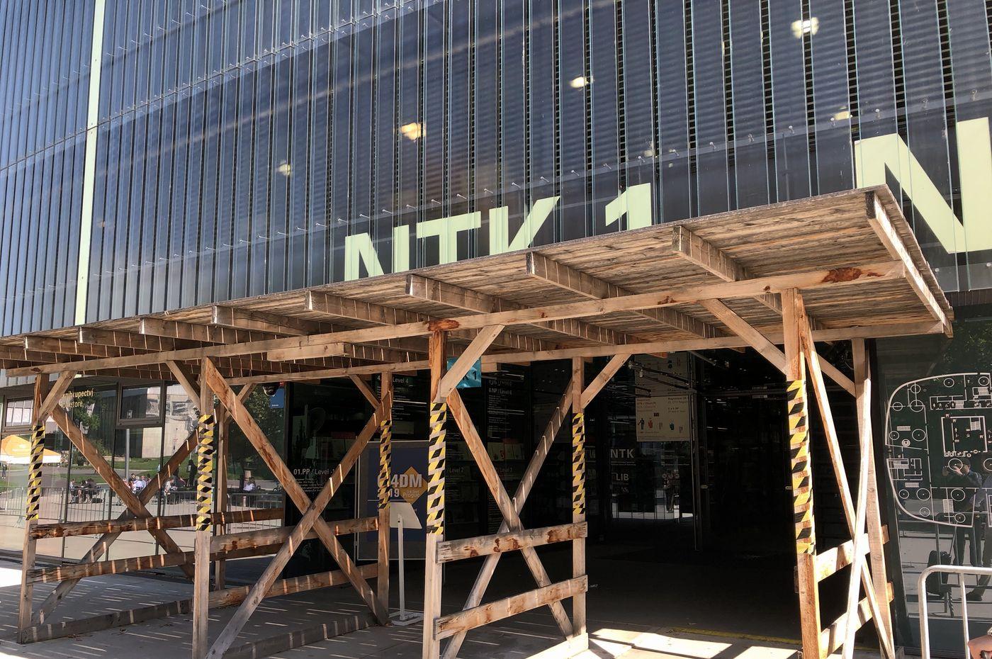 Dřevěné hrazení kolem budovy NTK