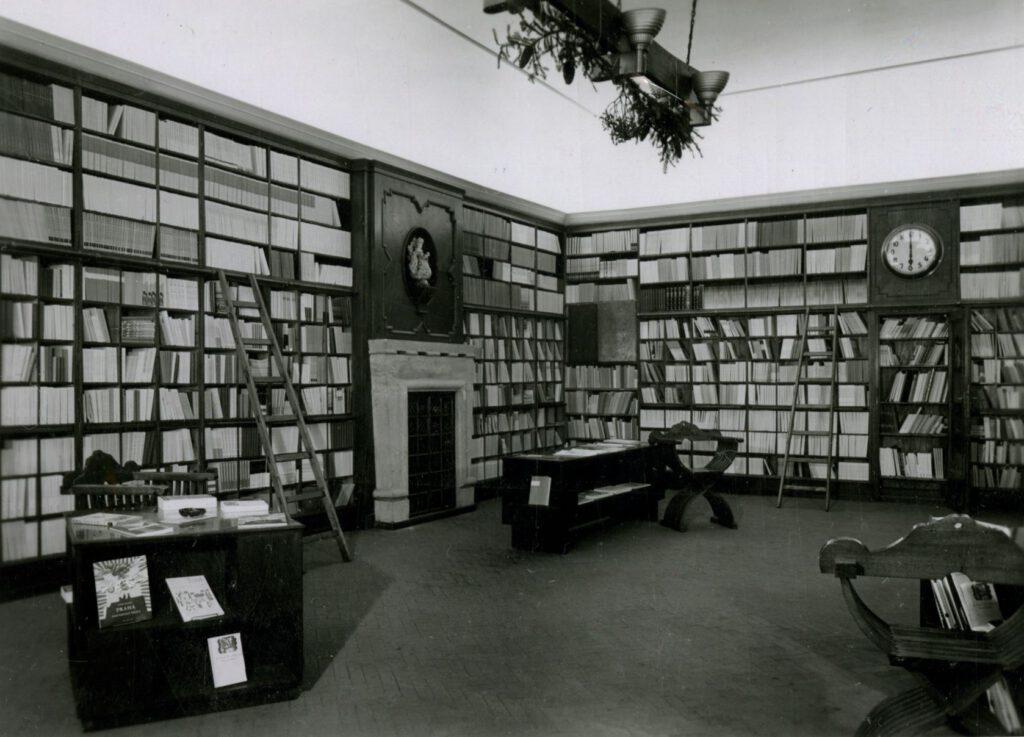 Fotografie interiéru Žikešova knihkupectví po roce 1945 v Karlově ulici č. p. 2 v přízemí Colleredo-Mansfeldského paláce